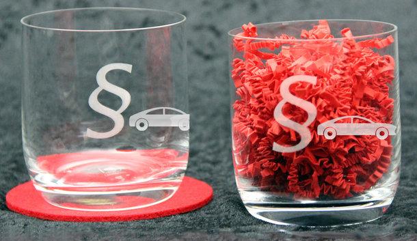 Longdrinkglas mit § und PKW
